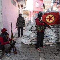 Una bandiera del PKK viene appesa su una barricata costruita nel quartiere di Sur di Diyarbakir, 18 novembre 2015 (ILYAS AKENGIN/AFP/Getty Images) (ILYAS AKENGIN/AFP/Getty Images)