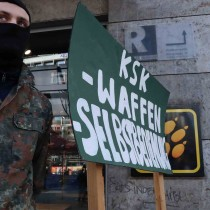 Kundgebung_KSK_abschaffen_Stuttgart_KSK_Waffenselbstbedienungsladen-scaled